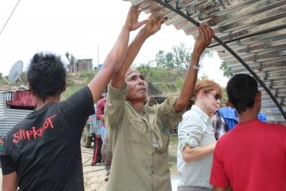 Voluntarios de #RiseNepal apoyados por la Fundación Paz Global, miembros de la Alianza de Desarrollo del Servicio y Paz en Asia Pacífica, y ONG Byond de Reino Unido para construir un refugio transitorio en Katmandú para las víctimas del terremoto del 25 de abril que sacudió el centro de Nepal.