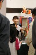 La actriz Keiko Kobayashi saluda a los miembros de la audiencia en la presentación del filme Jun Ai.