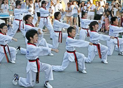 niños practicando taekwondo