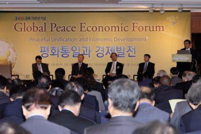 Líderes políticos, empresariales y de organizaciones sin ánimo de lucro, se reúnen en el Foro Económico Paz Global para discutir la unificación pacífica de la península coreana.