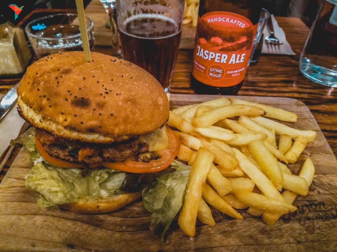 Excelente hamburguesa en Byron Fresh Cafe