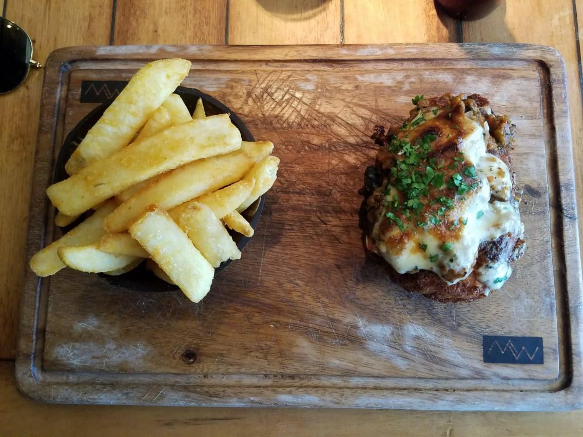 papas fritas y carne con queso