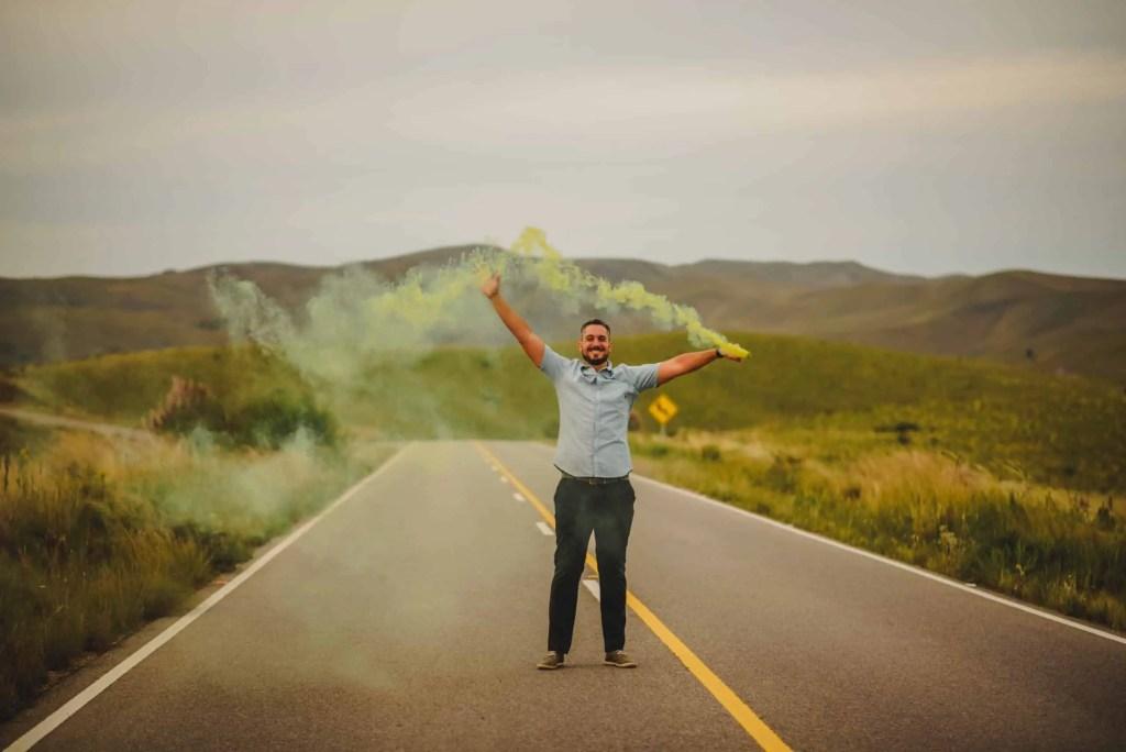 Hombre humo de color amarillo