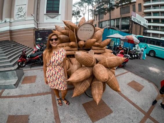En las afueras del Teatro de la Ópera de Ho Chi Minh.