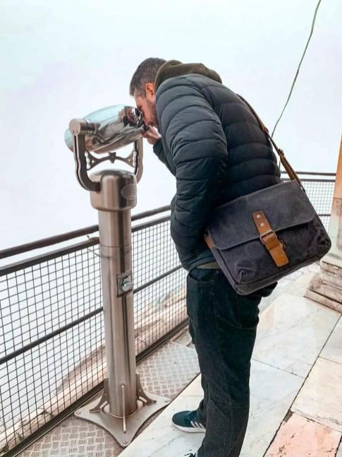 hombre viendo por binoculares