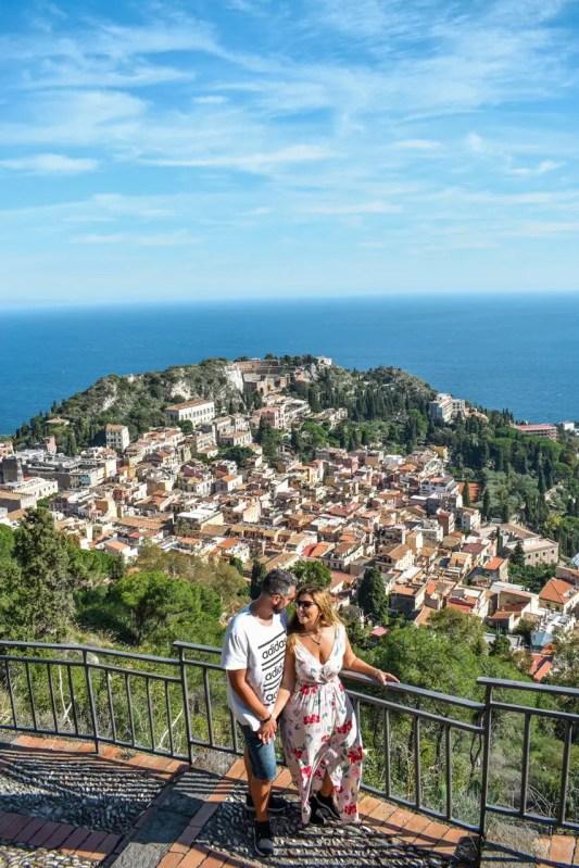 Pareja posando en Madonna della Rocca Taormina