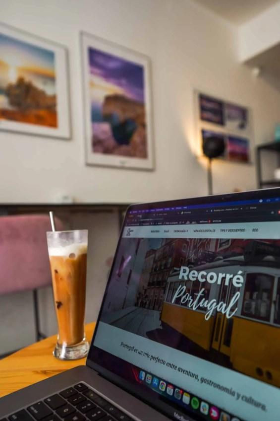 computadora con cafe frio en cafe de lagos
