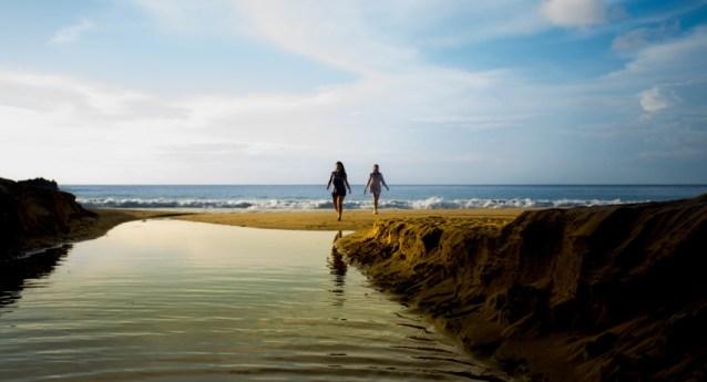 Para chegar à cachoeira, visitante deve seguir caminho de água doce à esquerda da praia. Foto: Luiz Pessoa/NE10