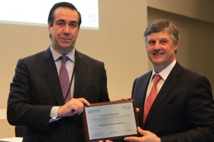 Bernardo Velázquez recoge el premio.