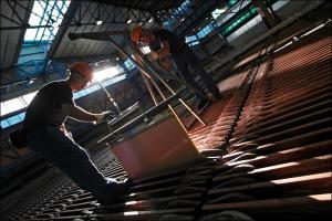Un trabajador en la factoría de Atlantic Copper en Huelva.