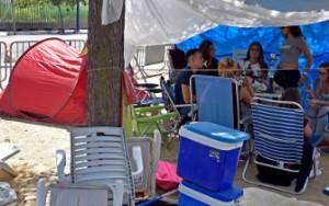 Jóvenes acampados esperando el concierto de Pablo Alborán