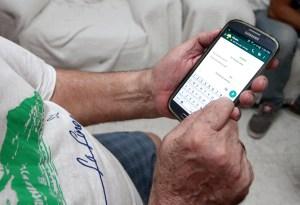 Canterla. Tercera edad usando teléfono móvil y tablet