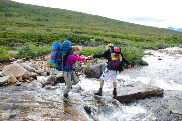 Crossing a river on the way to Rypfjellet