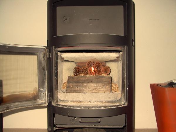 accensione stufa a legna con pellet senza fumo-08