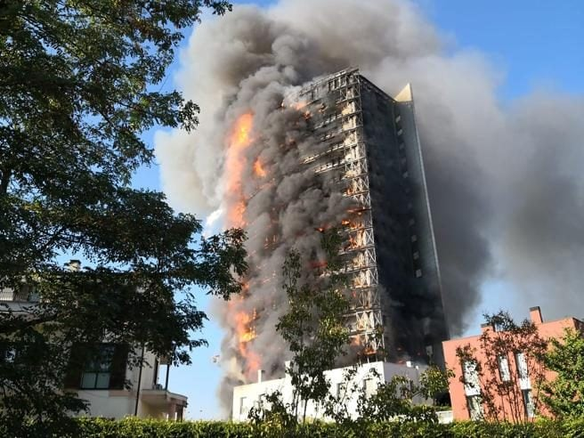 """facciata ventilata - A fuoco il grattacielo """"Torre dei Moro"""" a Milano (con AGGIORNAMENTO) 1"""