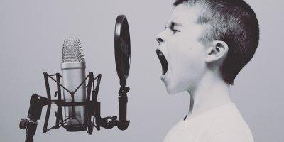 Conduce sin distracciones usando tu voz y Android Auto o Apple CarPlay