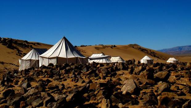 Les camps du désert dans les rochers au Maroc.