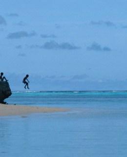 Enfants sautant dans la mer