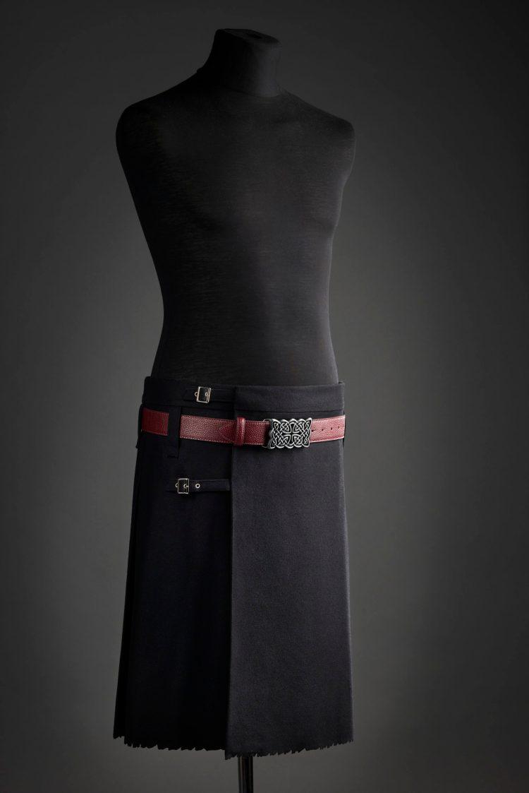 shooting du kilt noir porté avec une ceinture bordeaux et une boucle de ceinture celtique rectagulaire