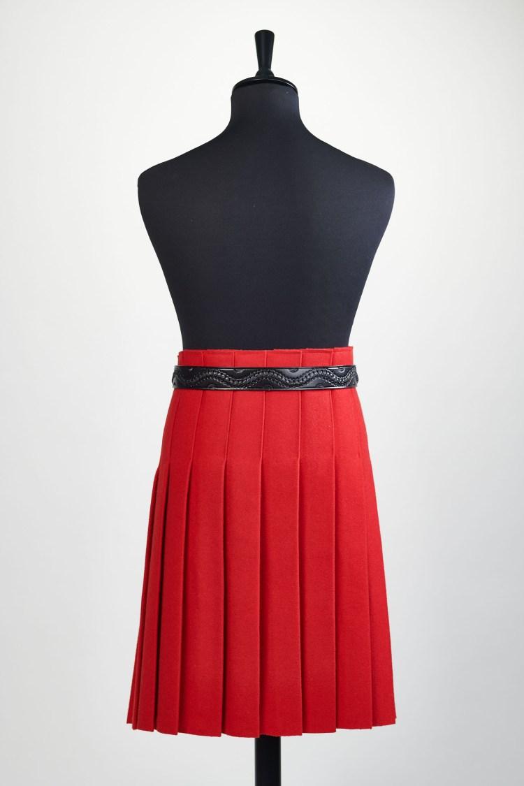 Kilt rouge au défilé de mode dans les voiles