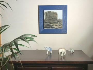photographie encadrée de bleu et accrochée au mur