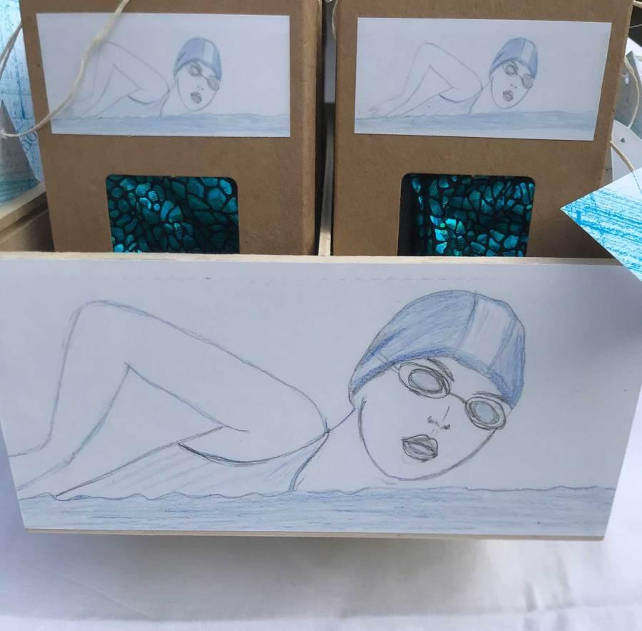 présentoir bonnet bleu brillant dessin nageuse création Christine Jegaden
