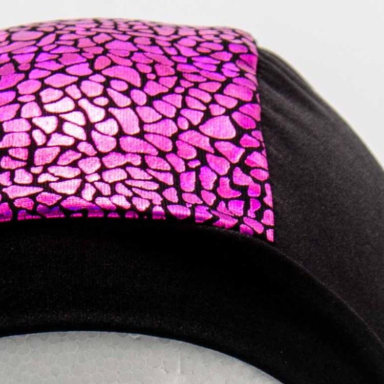 Bonnet de bain fabriqués à Douarnenez en lycra noir avec une bande rose à petites écailles Brillantes