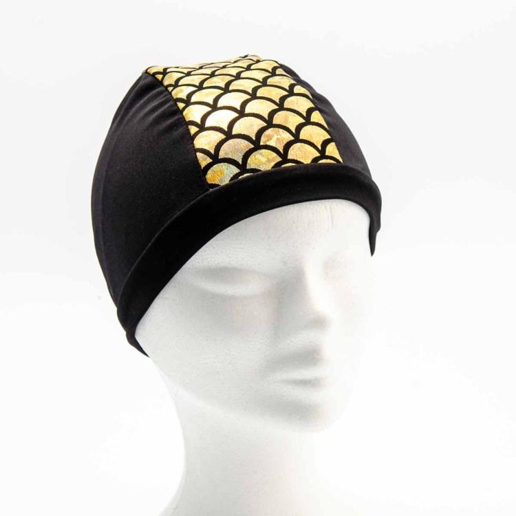 Bonnet de bain fabriqués à Douarnenez en lycra noir avec une bande en écailles Dorées brillantes au milieu.