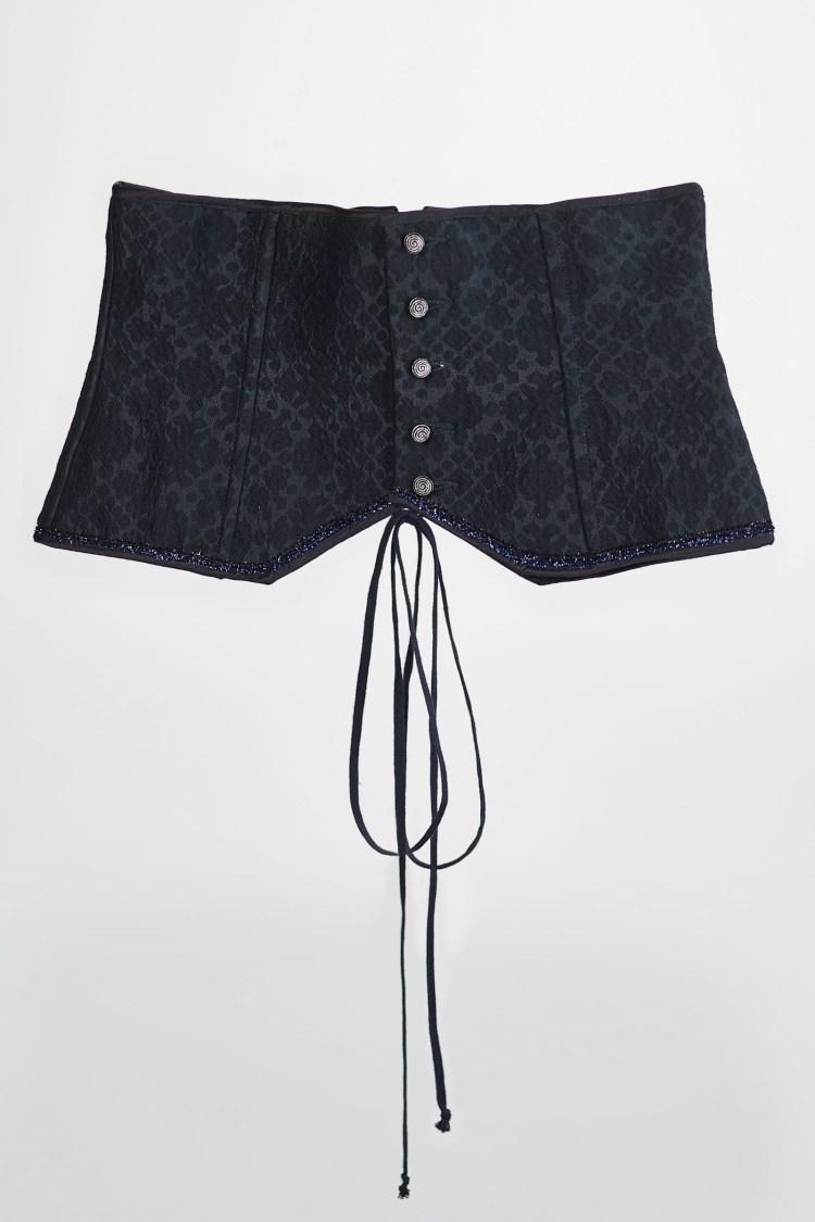 Corset noir en damassé de soie, avec des petit bouton argenté et un lacet à l'arrière