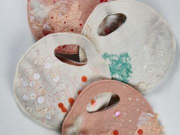 Charmant petit sac pillow en feutrine décorée