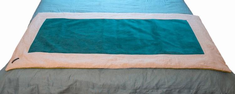 Plaid en velours et lin bicolore beige et bleu pour pied de lit
