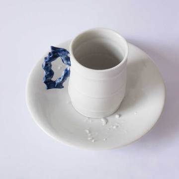 tasse Baroque YS blanche anse bleu marine