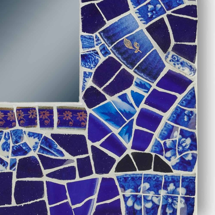 Petit miroir bleu profond, de forme carrée, en porcelaine et faïence, avec une accroche à l'arrière.