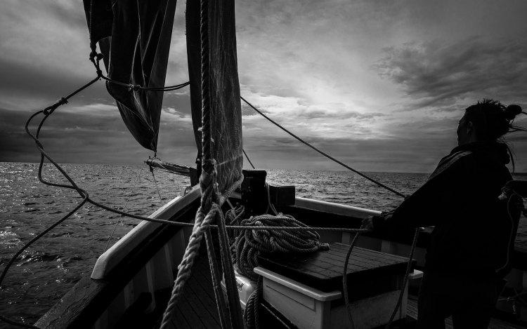 """Photographie Arnaud Carette""""Viens je m'en vais voir le monde""""Photographie Arnaud Carette, Départ de Douarnenez sur un vieux gréement, le Dahl Mad"""