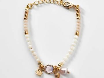 Bracelet enfant en perles de culture d'eau douce et breloque étoile création l'atelier de sylvie