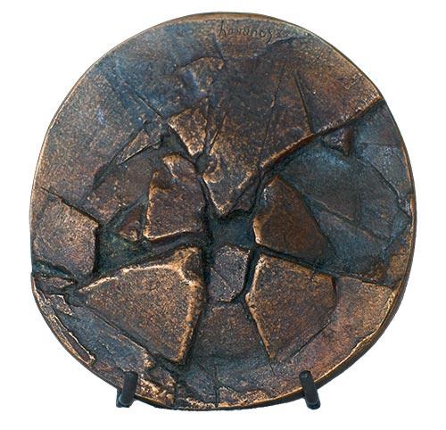 Médaille « Terre de désolation » (diamètre 130 mm)  — Médaille «Terre de désolation» (diamètre 130 mm), avers et revers : terre aride, crevassée, fissurée.