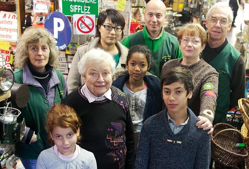 Marie-Josée, l'employée, Ming, Bruno et Michel; au milieu, Claire et Monique; premier-plan: Charlotte, Suzette et Thomas.