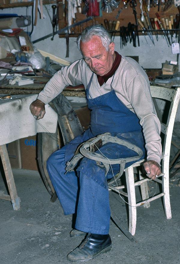 Marcel Denys, bourrelier, sellier et tapissier à Lalinde. © Photo Pierre Boitrel.