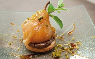 Sablé à l'huile d'olive, poire pochée au Monbazillac et chocolat intense