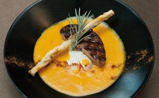 Crémeux de butternut à l'œuf cassée, escalope de foie gras poêlé