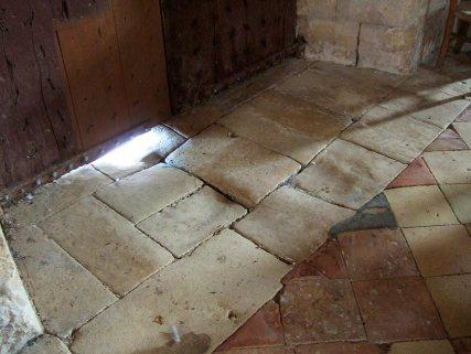 Le sol pavée à l'entrée de l'église de Molières