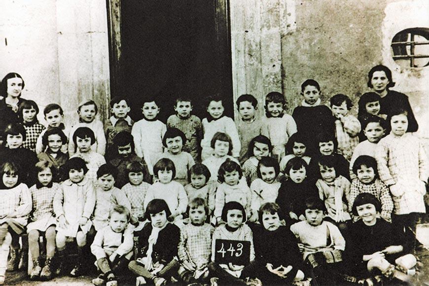 Classe de maternelle devant la porte de la maison Geoffre en 1936/1937