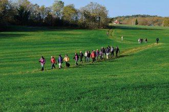Randonneurs à l'entree des foulissards, commune de Lalinde, Dordogne