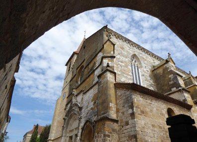 L'église Saint-Dominique, encadrée par une arche de la place des Cornières, © Michael Delahaye