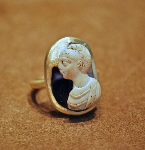 Bague Camée IVéme siécle Héléne, mère de Constantin. Or Brut de fonderie, Camée Agate Sardoine Tardif romain car très en relief !