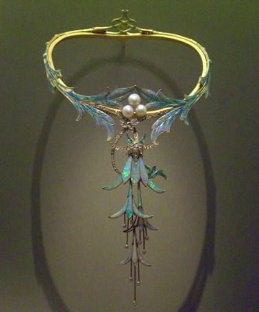 """Collier """"Fuchsias"""" Or, Émaux plique à jour, Diamants, Perles et Opales."""
