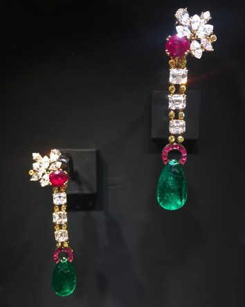 Boucles d'Oreilles Émeraudes, Rubis, Diamants, Or Jaune.