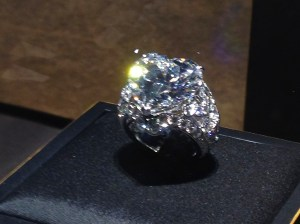 Bague Platine sertie Diamant en forme de coeur 16,48cts D IF IIA et Diamants tailles brillants. CARTIER