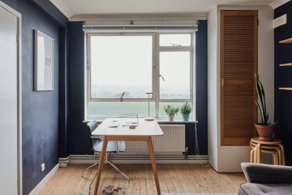 Aménagement d'un bureau à la maison devant la fenêtre