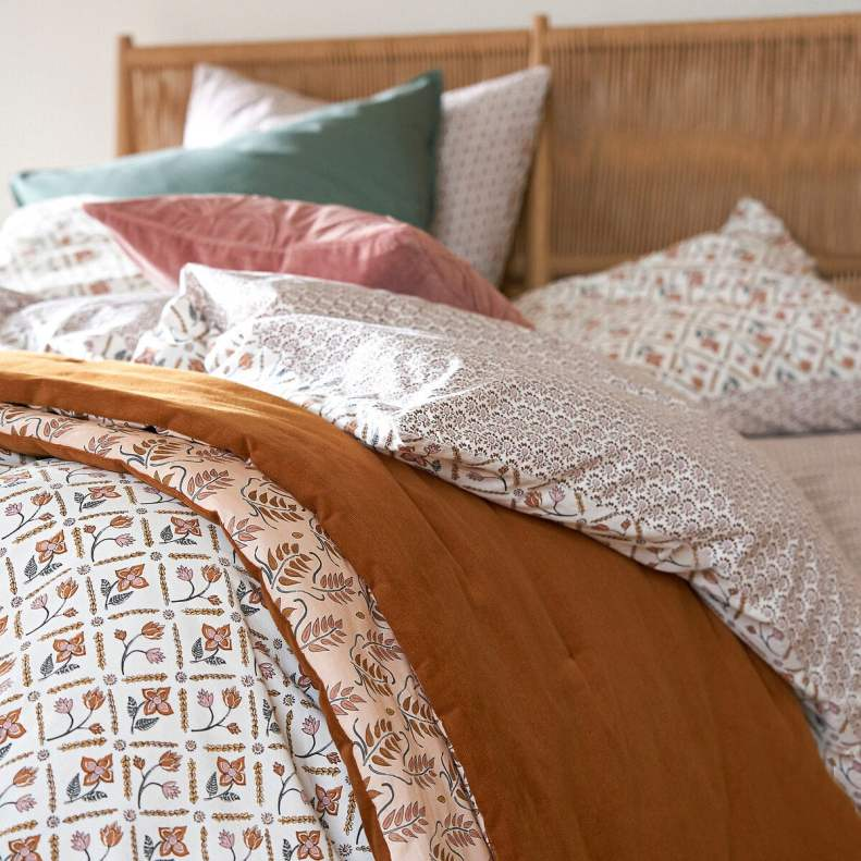 Linge de lit ocre, vieux rose et terracotta